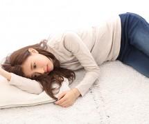 【生活】つらそうに横たわる女性