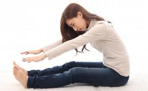 【生活】前屈のストレッチをする女性