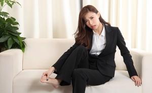 【脚・ひざ】足の疲労が溜まったビジネススーツの女性