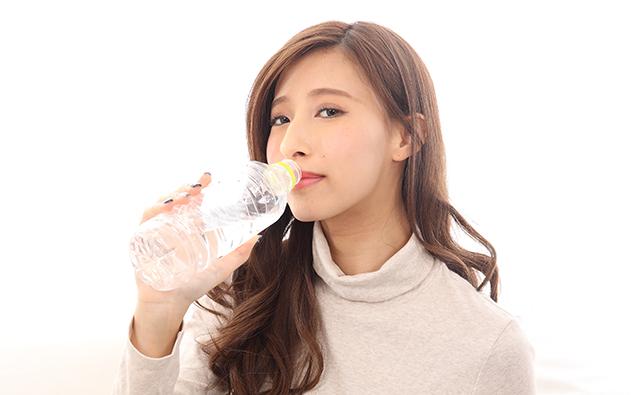 【生活】ペットボトルの水を飲む女性