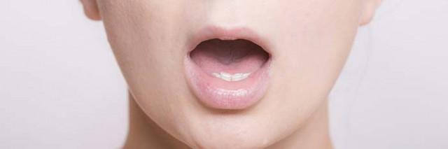顎関節症の女性写真